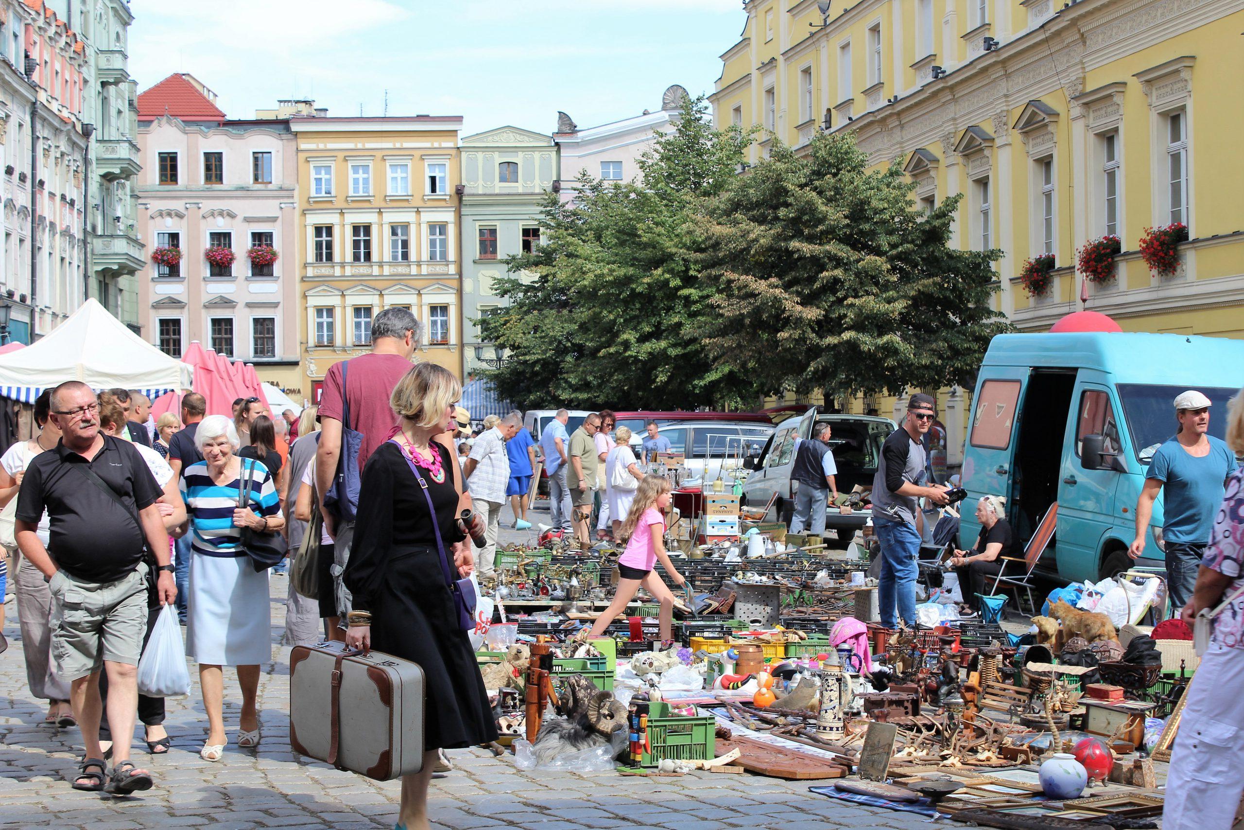 Giełda staroci na świdnickim rynku w słoneczny dzień
