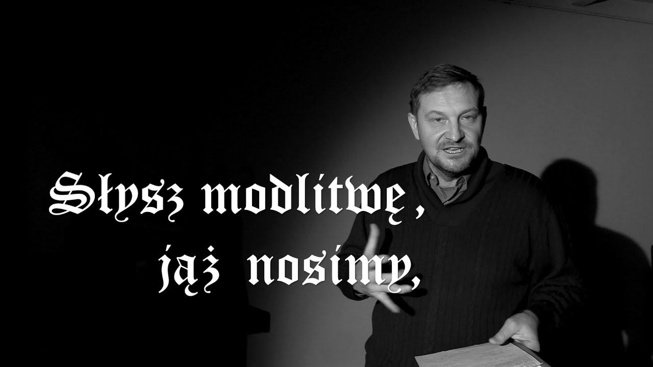 Czarno-białe zdjęcie aktora Juliusza Chrząstowskiego prowadzącego warsztaty recytatorskie