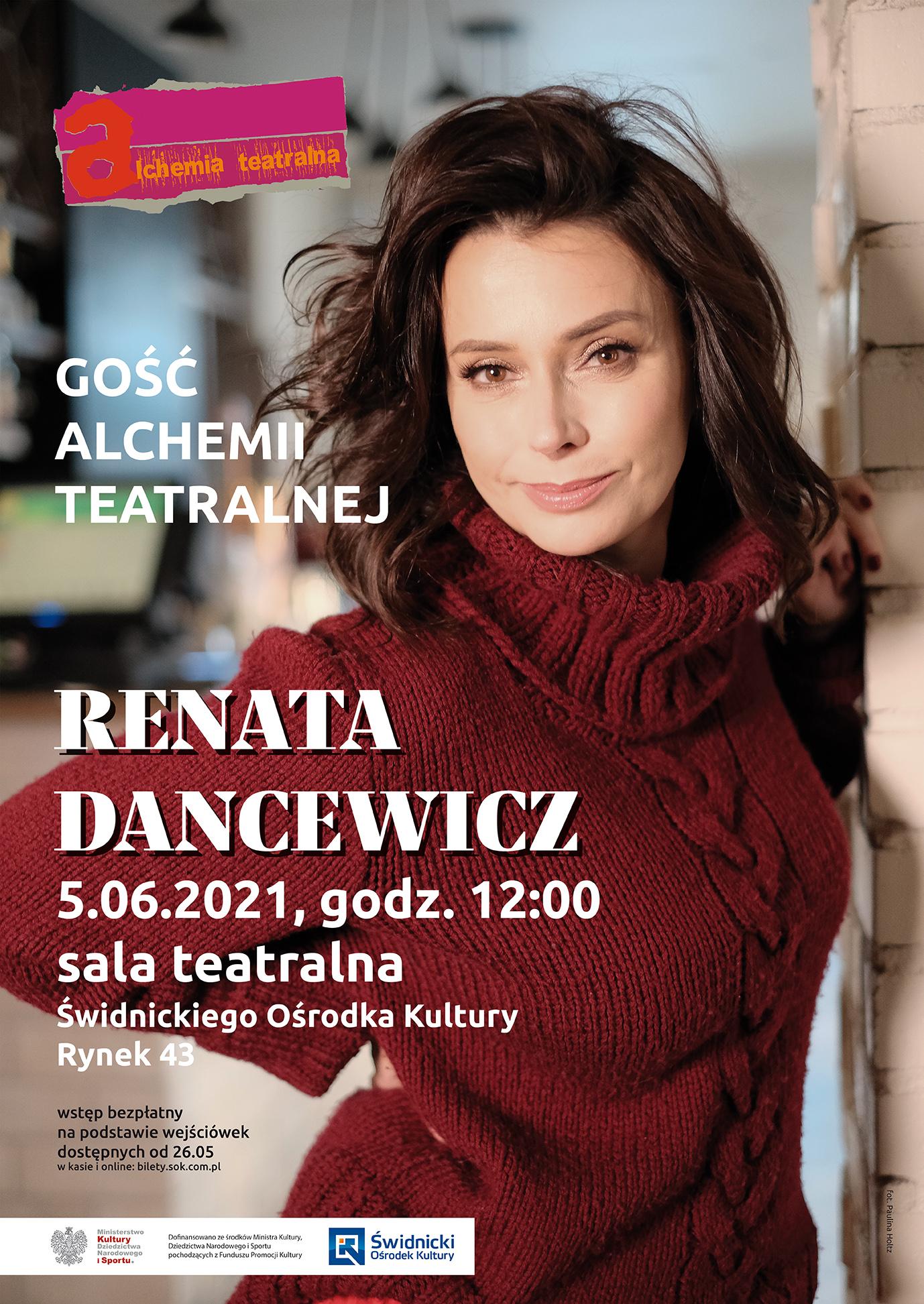 Aktorka Renata Dancewicz w bordowym sweterku z golfem