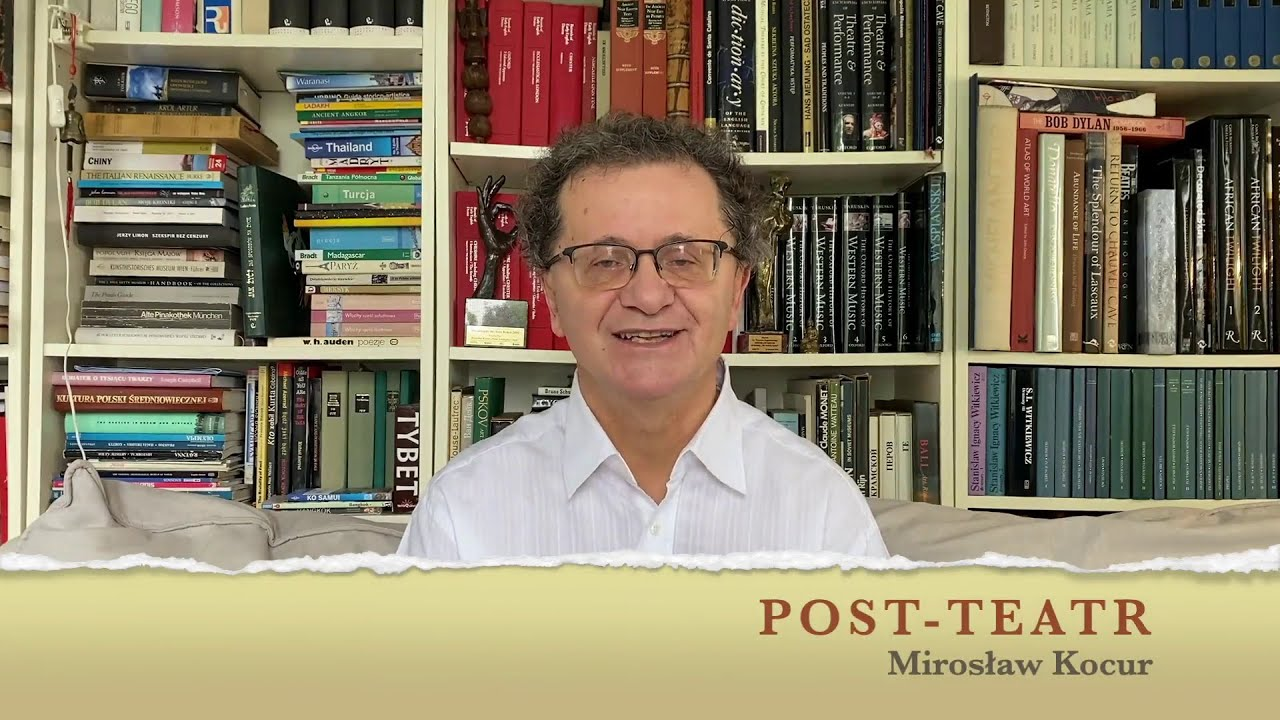 Profesor Mirosław Kocur na tle domowej biblioteczki